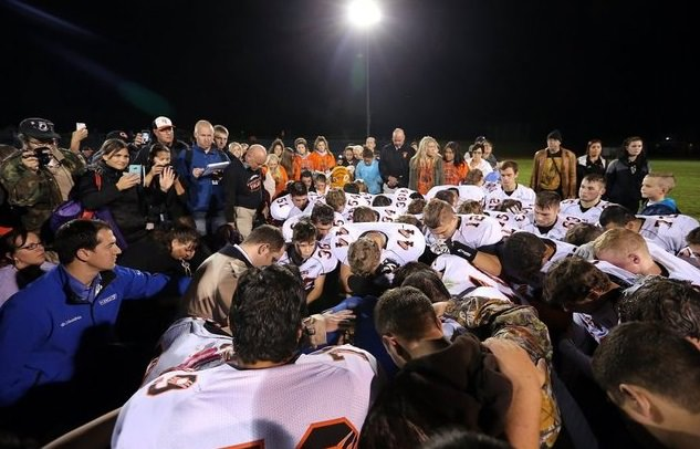 """Coach Prays for Football Players Despite School District Saying """"Kennedy Must Stop His Prayers"""""""